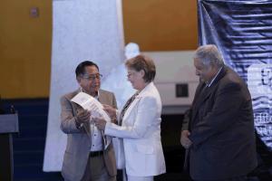 Francisco Morales Santos (Director de Editorial Cultura), Alma Angélica Terraza Pérez de Castañeda y Max Araujo, (Viceministro de Cultura y Deportes hasta 2017). Foto: Mehalcar Álvarez / MCDG, del 6 de septiembre de 2017.